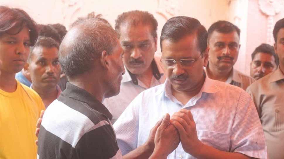 विमान हादसे में शहीद के परिजनों से मिले CM केजरीवाल, एक करोड़ रुपये की आर्थिक सहायता का किया ऐलान