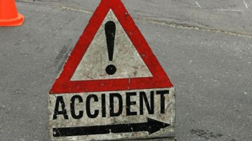 शाहजहांपुर: खंभे से टकरा कर गहरे खड्डे में गिरी कार, 4 की मौत