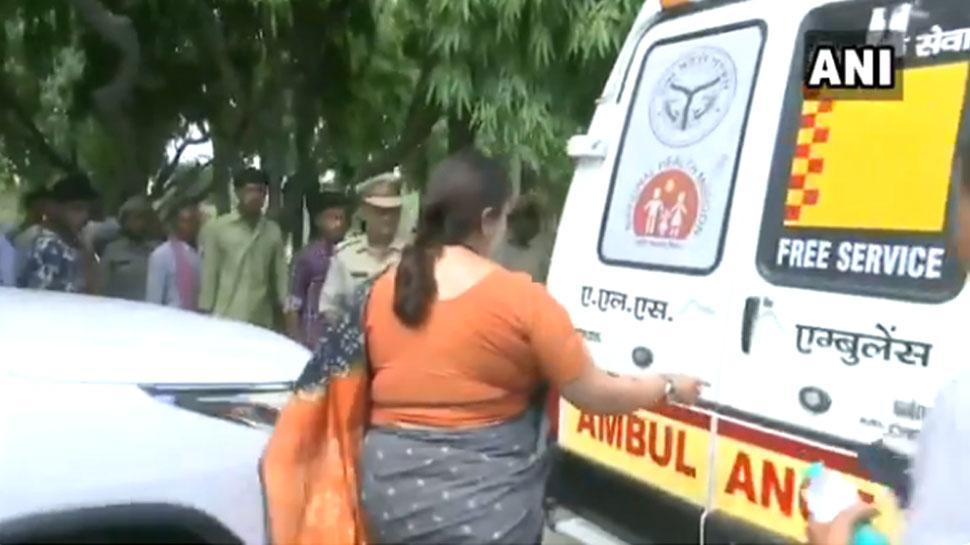 VIDEO: रास्ते में बीमार महिला को देख गाड़ी से उतरीं स्मृति, काफिले की एंबुलेंस से भेजा अस्पताल
