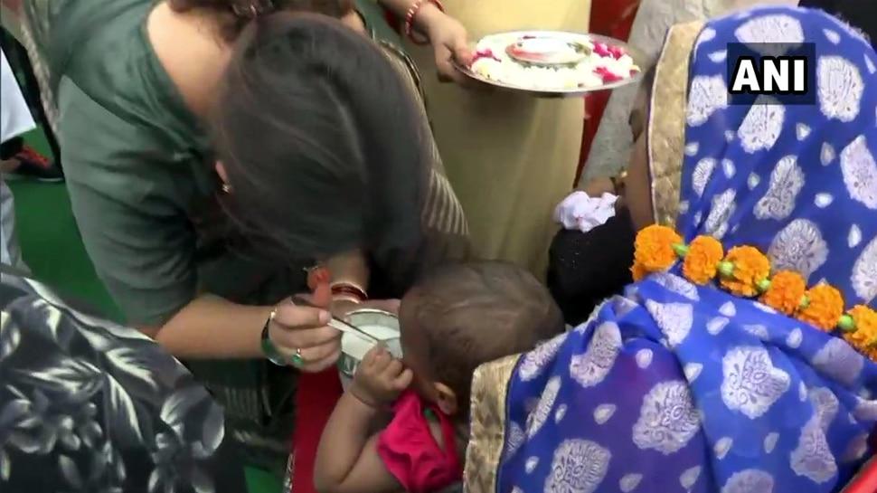 अमेठी: स्मृति ने हाथों से खिलाया बच्चों को खाना, अफसरों से कहा-विकास की रफ्तार बनाए रखें