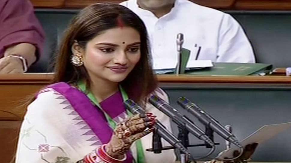 Video: चूड़ा-सिंदूर लुक में लोकसभा पहुंचीं TMC नेता नुसरत जहां, शपथ के बाद स्पीकर के छुए पांव