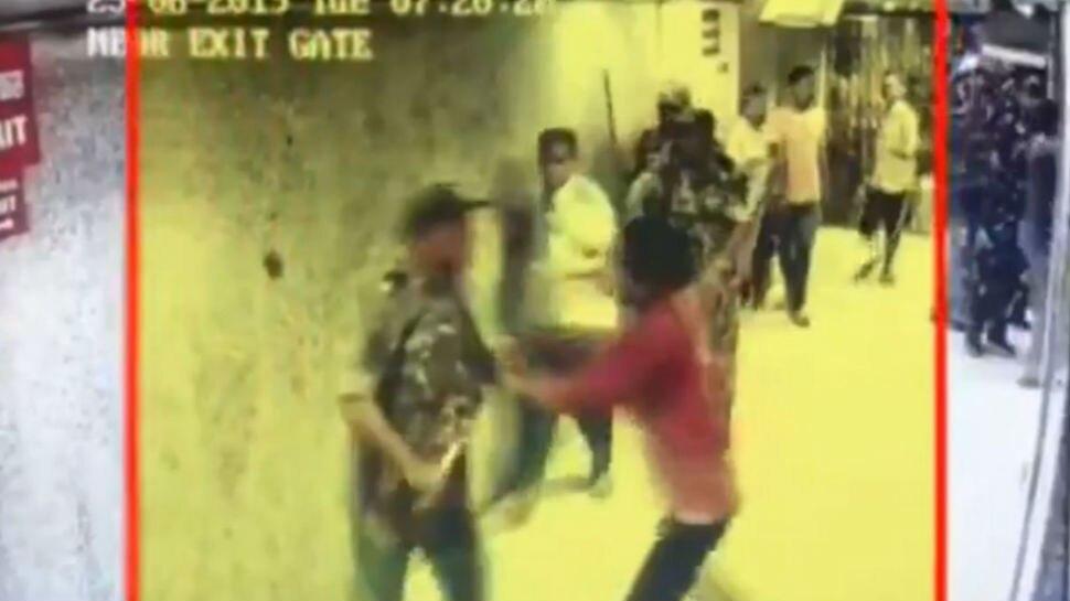VIDEO: अखाड़े में बदला पटना का पीएमसीएच, परिजनों और गार्ड के बीच जमकर हुई मारपीट