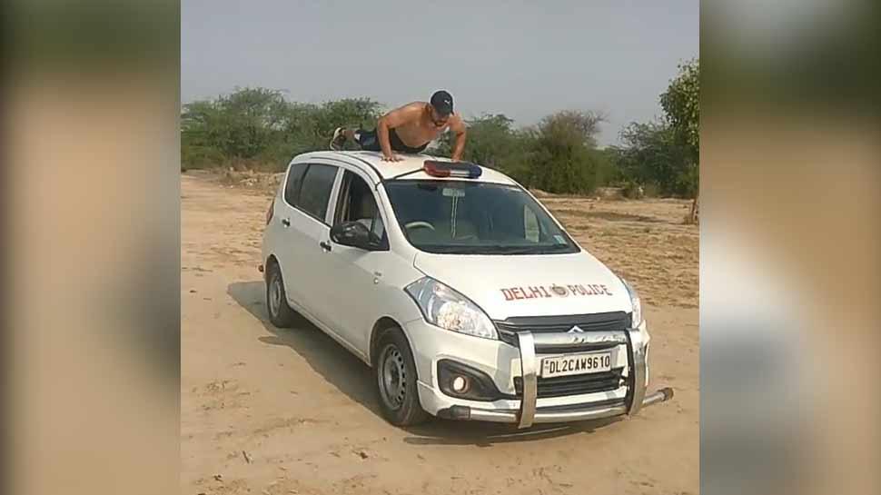 दिल्ली पुलिस की गाड़ी पर युवक कर रहा था पुशअप, वीडियो हुआ वायरल, अब होगी कार्रवाई