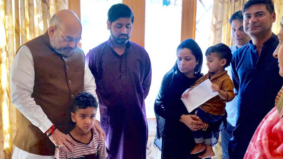 शहीद अरशद खान के परिवार से मिले अमित शाह, पत्नी को सौंपा सरकारी नौकरी का पत्र