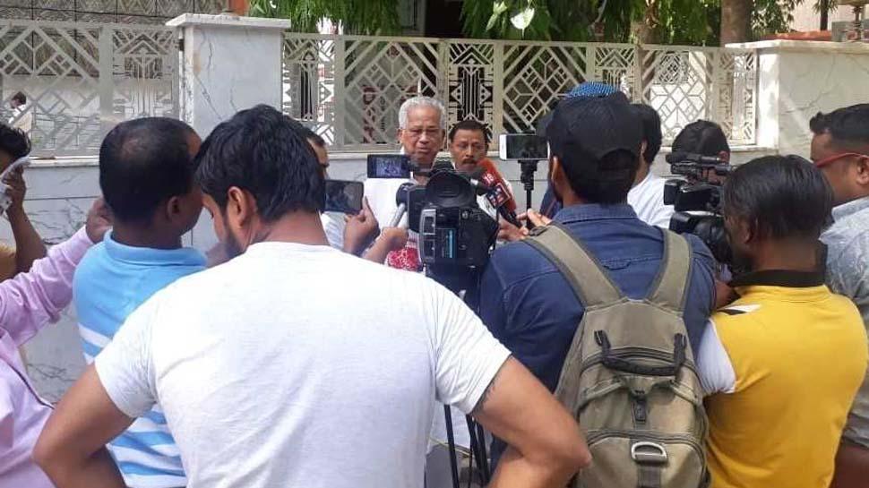 पूर्व सीएम तरुण गोगोई को असम हाउस में नहीं मिली अनुमति, तो फुटपाथ पर की प्रेस कॉन्फ्रेंस