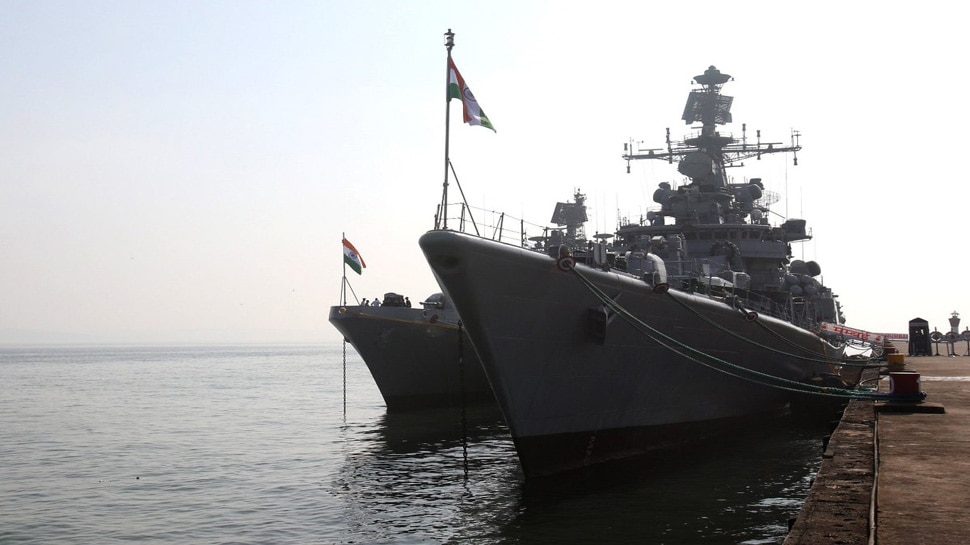 'खाड़ी से गुजरने वाले भारतीय पोतों की सुरक्षा के लिए भारत ने नौसैन्य जहाजों की तैनाती की'