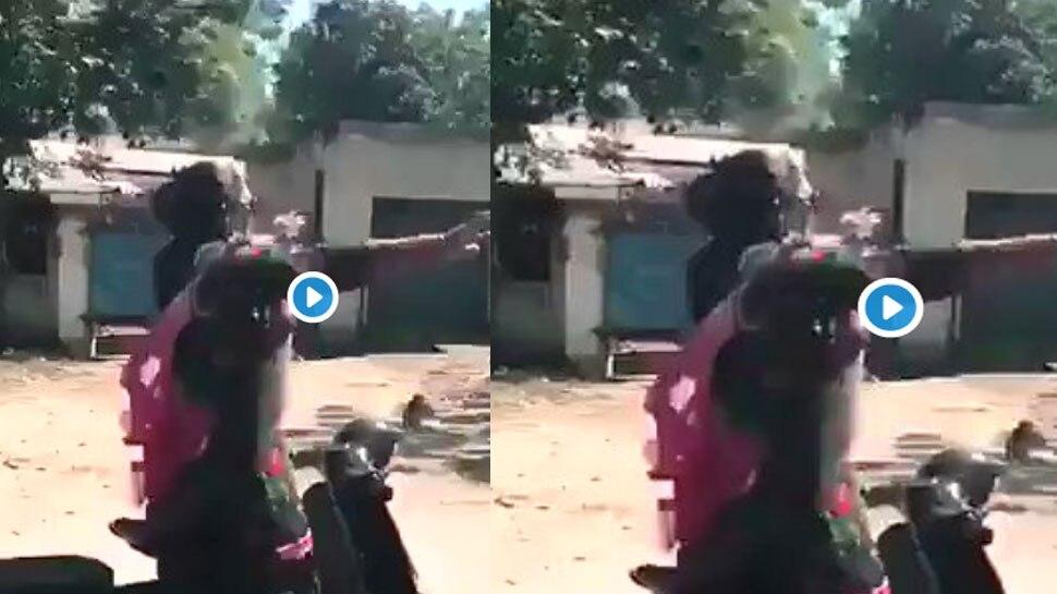 स्कूटर पर आंटी ने किया 'नशे सी चढ़ गई' पर डांस, वायरल हुआ VIDEO