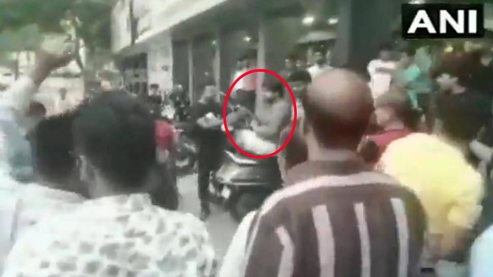 Video: अफसर को बैट मारकर गए थे जेल, बाहर आए तो समर्थकों ने की हर्ष फायरिंग