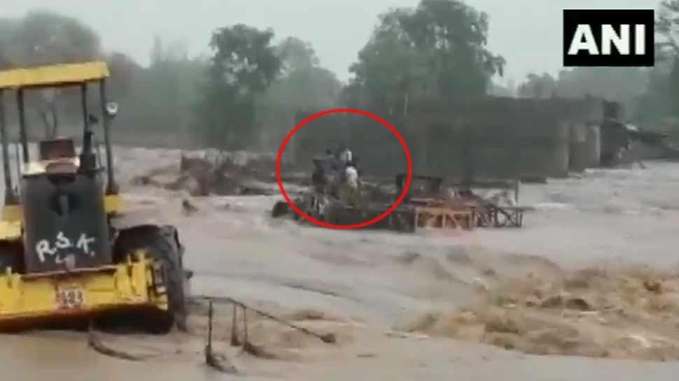 VIDEO: पुलिया निर्माण में लगे थे मजदूर, अचानक सूखी नदी में आ गई बाढ़ और फिर...
