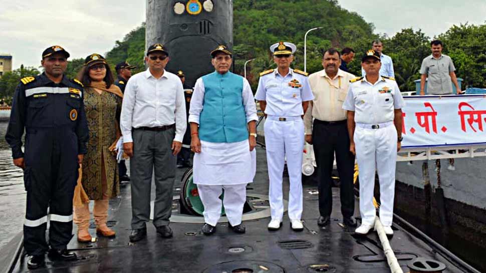 रक्षा मंत्री राजनाथ सिंह ने युद्धपोत 'INS शिवालिक' और पनडुब्बी 'सिंधुशक्ति' का दौरा किया