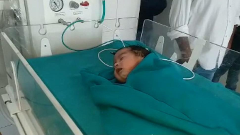 फूल सी नन्ही बच्ची को माता-पिता ने अस्पताल में छोड़ा, नर्स दे रही हैं मां का प्यार
