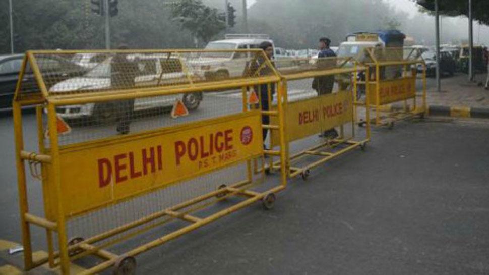 दिल्ली: आत्महत्या की कोशिश कर रही महिला को पुलिस ने बचाया