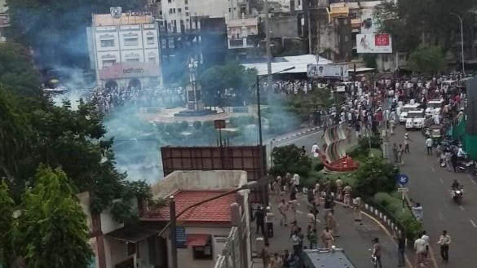 सूरत: मॉब लिंचिंग के विरोध में हो रहे प्रदर्शन में हंगामा, पुलिस पर ही हो गया हमला
