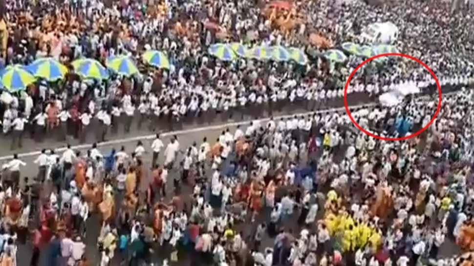 जगन्नाथ रथ यात्रा के दौरान लाखों की भीड़ के बीच से निकली एंबुलेंस, VIDEO हुआ वायरल
