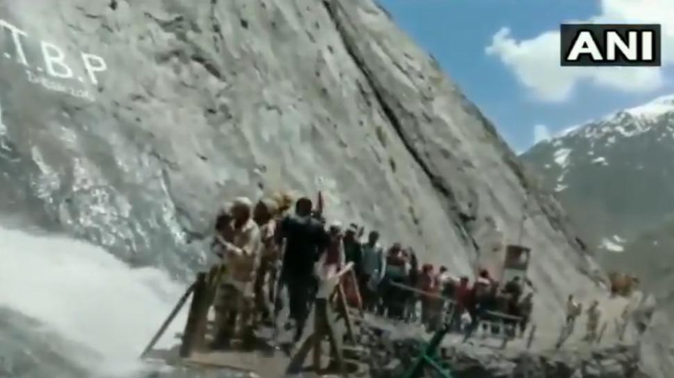 Video: श्रद्धालुओं की ढाल बने ITBP के जवान, देखें पहाड़ों से गिर रहे पत्थर और पानी से कैसे की रक्षा