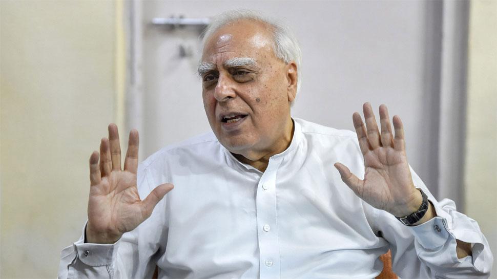 कर्नाटक संकट: कपिल सिब्बल ने साधा निशाना बीजेपी पर निशाना