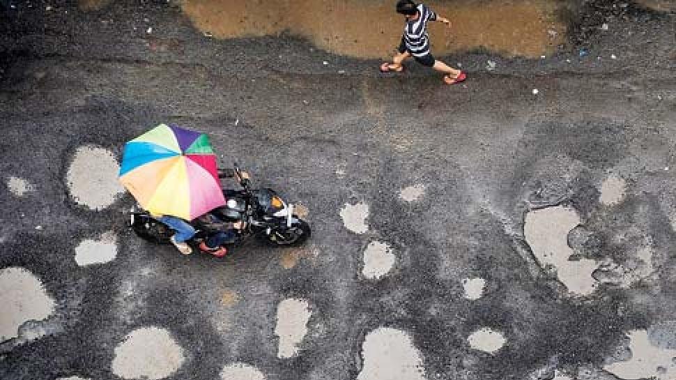 नालंदा: प्रधानमंत्री सड़क योजना में हुई बड़ी गड़बड़ी, एक महीने में ही टूटने लगी सड़क