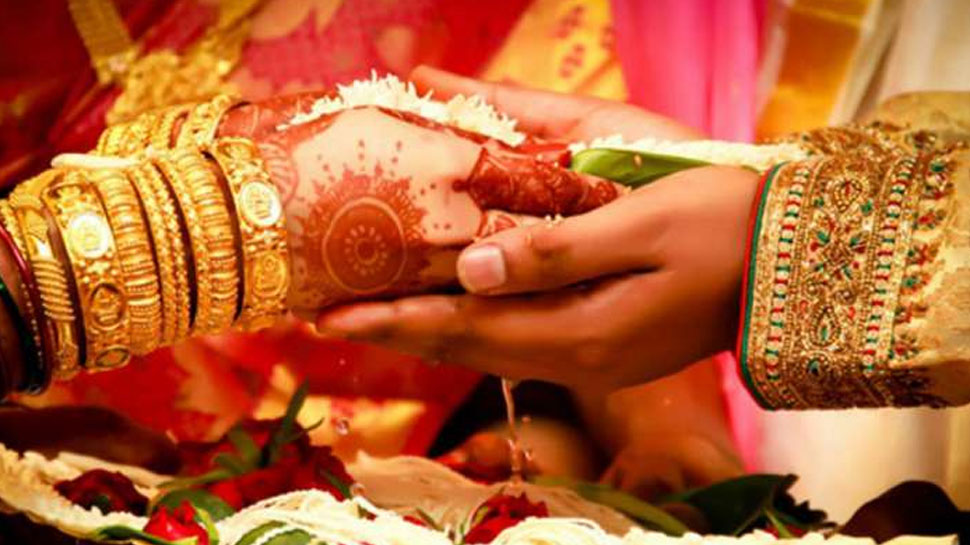 शादी के सोलह साल बाद मांगा मैरिज सर्टिफिकेट, कर्मचारी बोले- दोबारा करो शादी