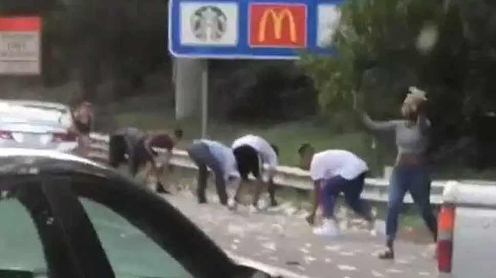 VIDEO, जब सड़क पर होने लगी नोटों की बारिश, लूटने वालों में मची होड़