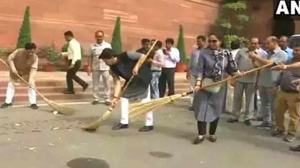 संसद में झाड़ू लेकर पहुंची बीजेपी सांसद हेमा मालिनी, ऐसे की सफाई, देखिए VIDEO