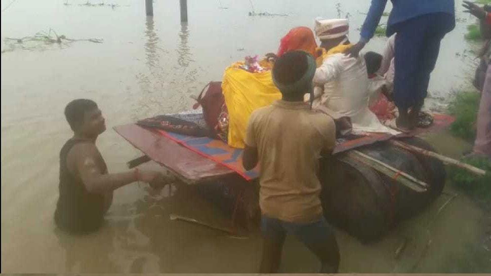 बिहारः बाढ़ से ऐसे हुए हालात कि ड्रम की नाव पर विदा हुई बेटी, देखें तस्वीर