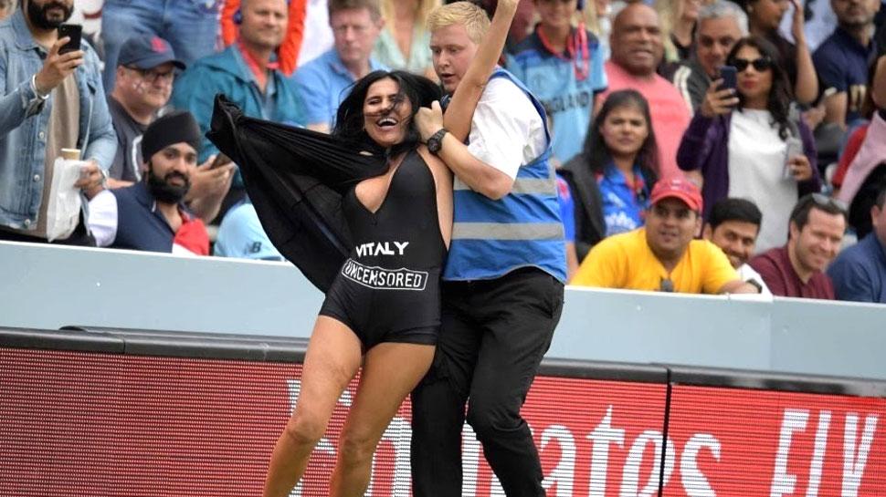 VIDEO: वर्ल्ड कप के फाइनल मैच में घुसी महिला स्ट्रीकर, मैदान पर उतारने लगी कपड़े