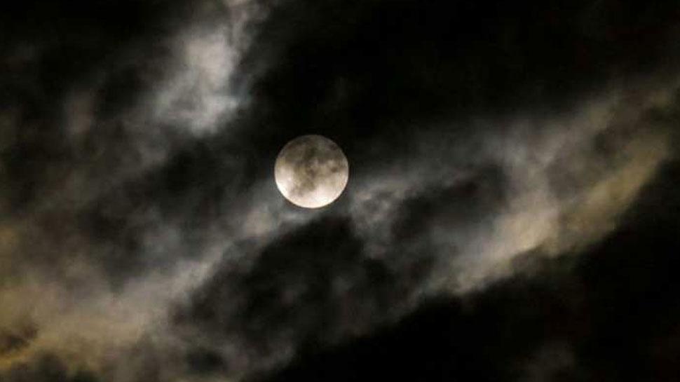 भारत के पश्चिम एवं उत्तरी भाग में होगा चंद्रग्रहण का प्रभाव, करें गुरु मंत्र का जाप