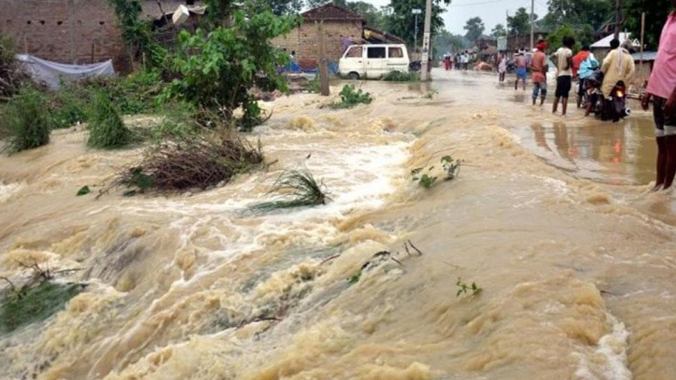 12वीं पास टॉपर से  2017 में प्रशासन ने किया था सड़क बनाने का दावा, आज बाढ़ से जूझ रहा है गांव