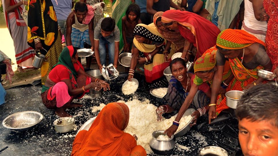 बिहार : बाढ़ का कहर जारी, पीड़ितों को पेट भरने के लिए करनी पड़ रही है जद्दोजहद