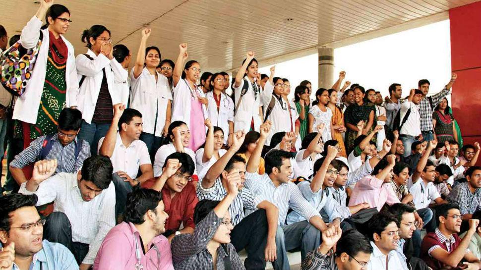 बीकानेरः फीस वृद्धि के खिलाफ मेडिकल छात्रों ने किया अनोखा प्रदर्शन, मुंह पर लगाया ताला