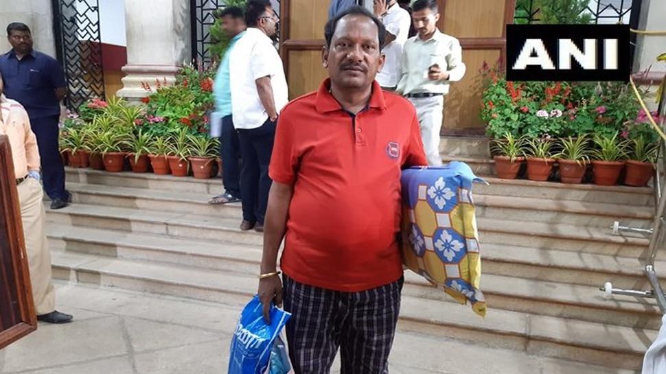 कर्नाटक में सियासी नाटक: बीजेपी विधायक प्रभु चावन बेड शीट और तकिया लेकर विधानसभा पहुंचे