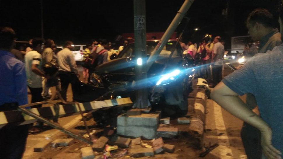 VIDEO: साउथ दिल्ली में तेज रफ्तार मर्सिडीज ने वैगन-आर कैब को मारी टक्कर, 3 घायल