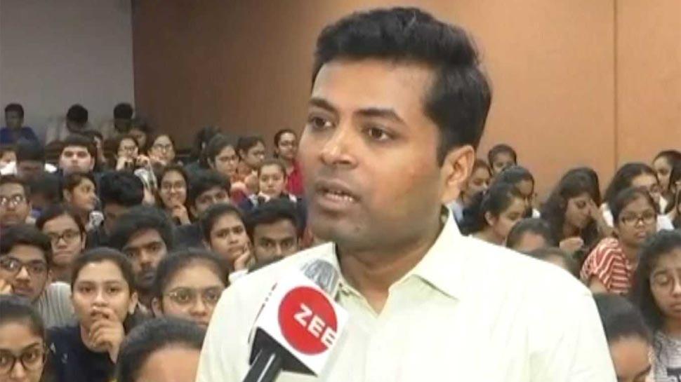 गुजरात: सुपर-30 की तर्ज पर गरीब बच्चों को मुफ्त में CA की तैयारी करवाता है चार्टर्ड एकाउंटेंट