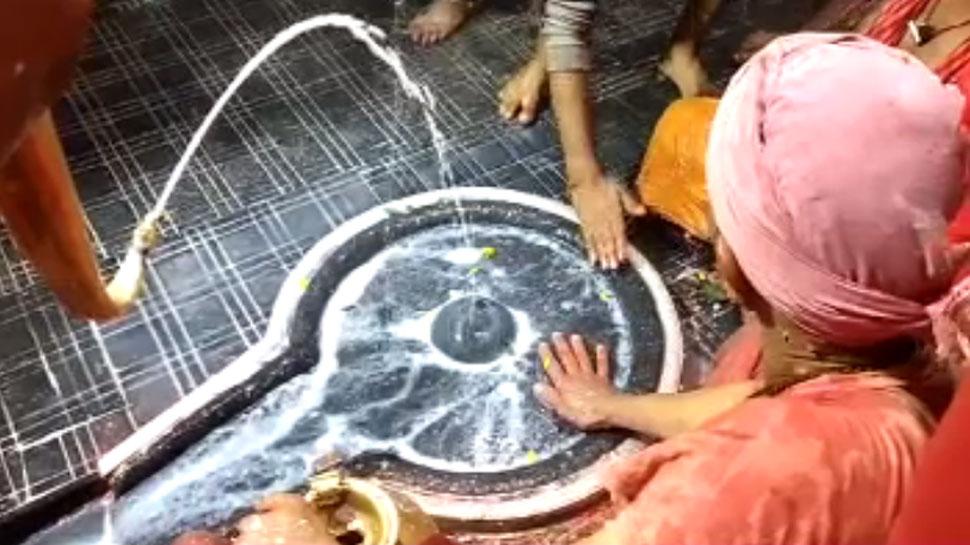 नहीं फेंके जाते बाबा बैद्यनाथ मंदिर में चढ़ाए गए बेलपत्र और फूल, होता है यह काम