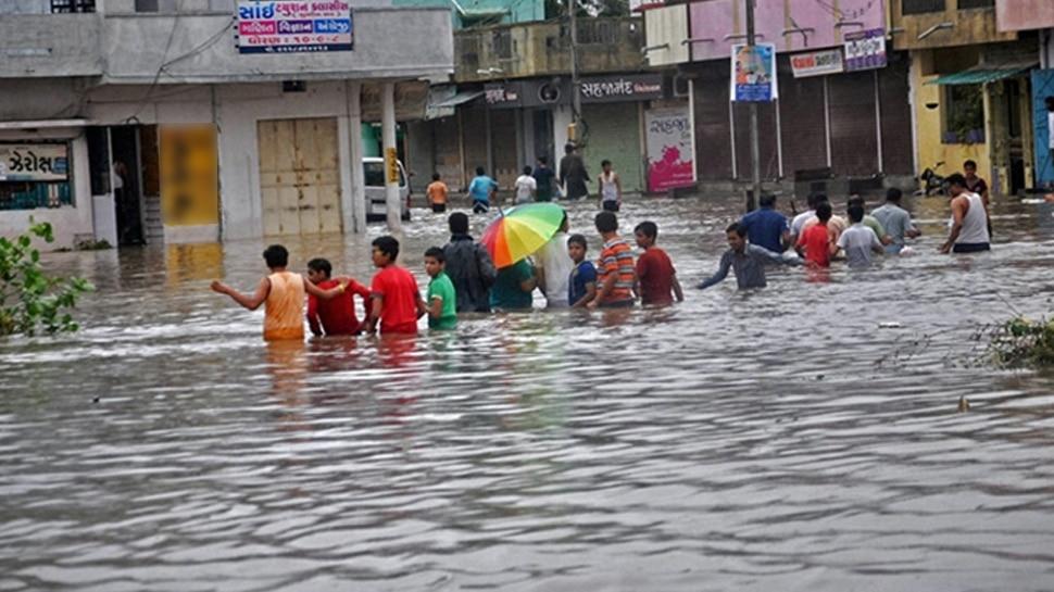 गुजरात में बारिश ने मचाई तबाही, कहीं आकाशीय बिजली ने ली जान तो कहीं पानी के साथ बह गई कार