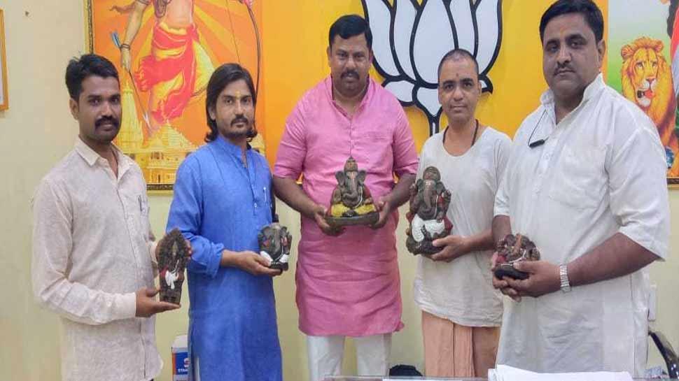 हैदराबाद: गाय के गोबर से बनाई गणपति की इको-फ्रैंडली मूर्तियां, हो रही है जमकर चर्चा