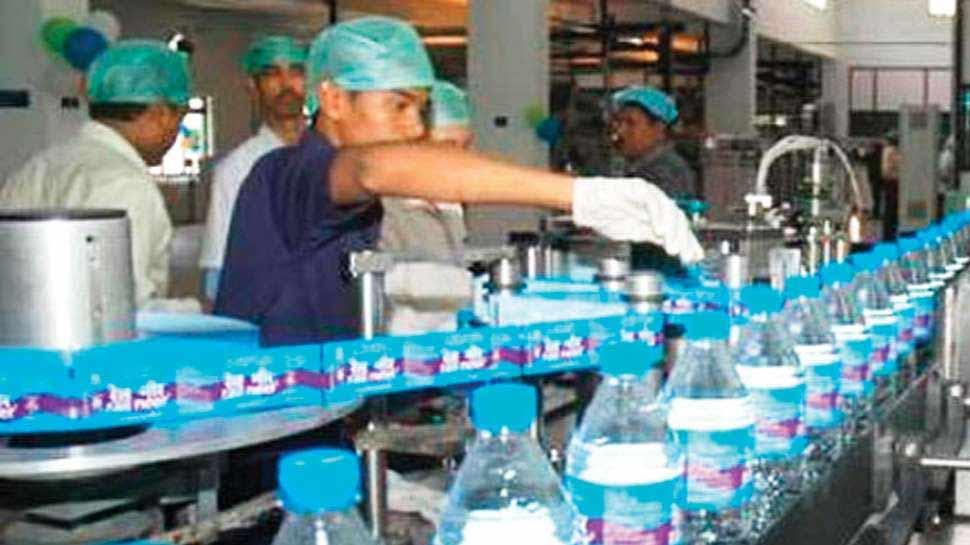 पानी की खाली बोतल के बदले Indian Railway देगा ₹ 5, बना रहा टी-शर्ट और टोपी