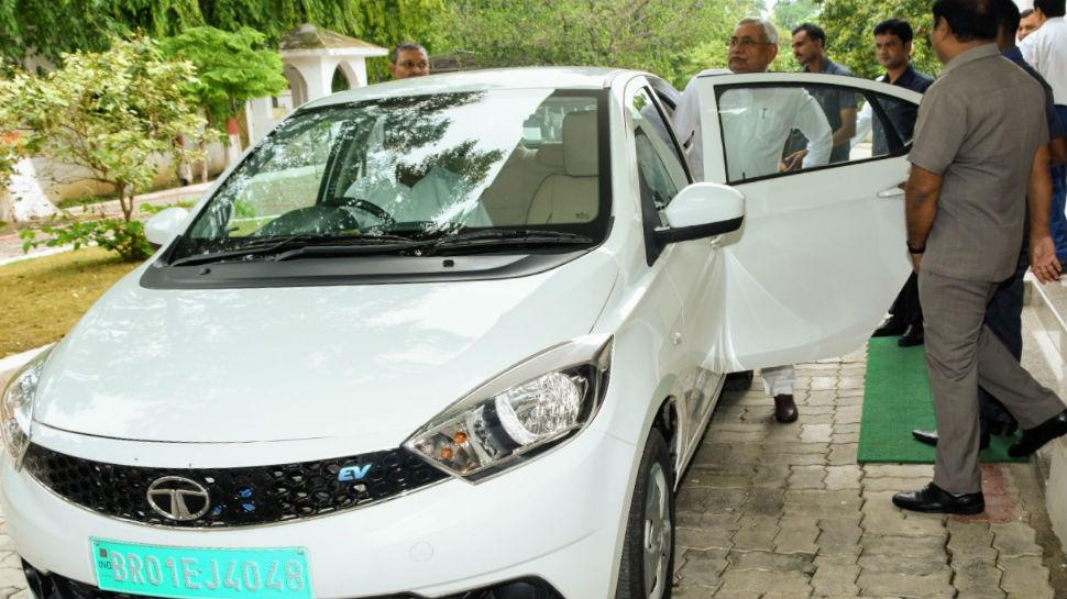 इलेक्ट्रिक कार से विधानसभा पहुंचे नीतीश कुमार, पर्यावरण संरक्षण का दिया संदेश