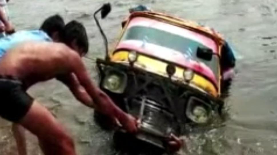 बिहार बाढ़ : कटिहार में तेज धारा में बहा ऑटो, सवारियों ने तैरकर बचाई जान