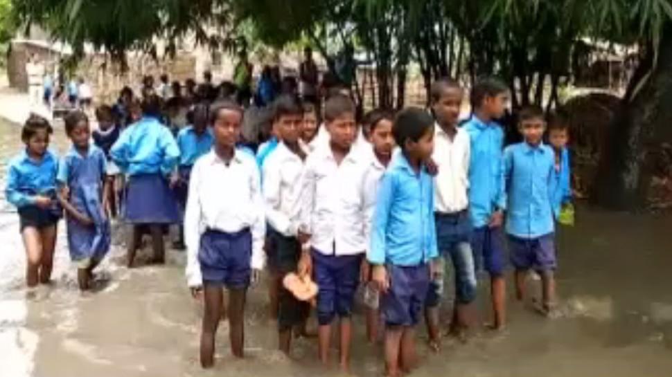 बिहार : बगहा में लगातार हो रही बारिश से जलजमाव, स्कूल जाने से कतरा रहे बच्चे