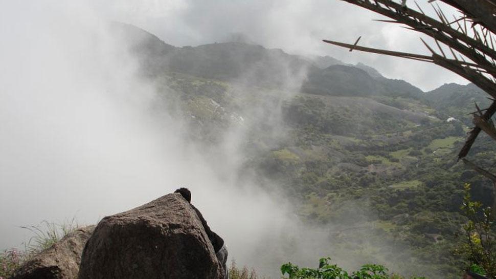 बारिश के बाद माउंट आबू की पर्वतीय वादियों में छाया कोहरा, सैलानियों को आ रहा पसंद