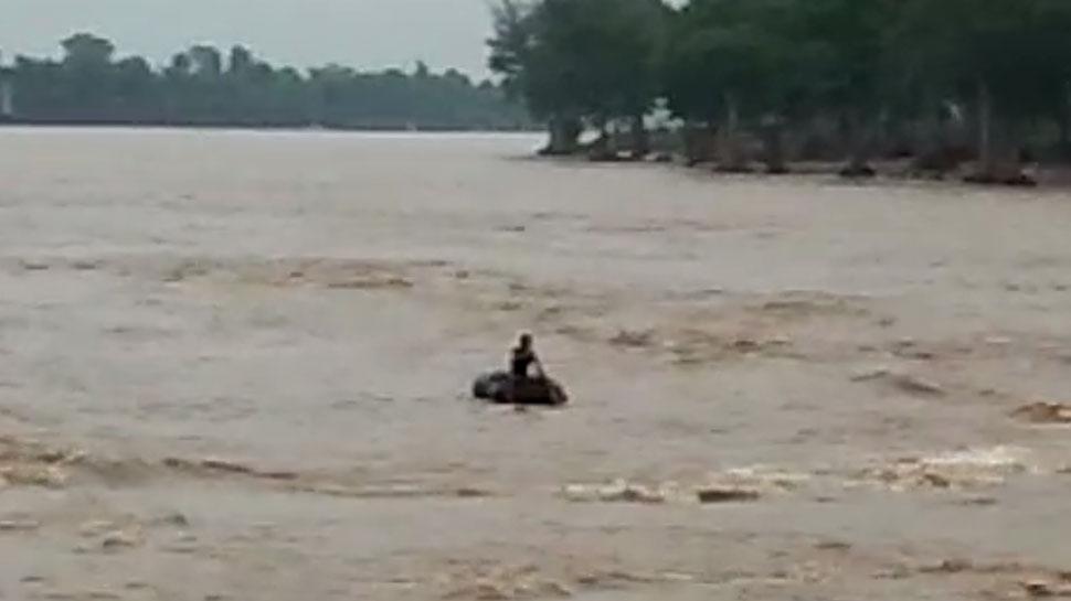 बारां: बारिश के बाद उफान पर पार्वती नदी, लोग ट्यूबों की मदद से पार कर रहे नदी