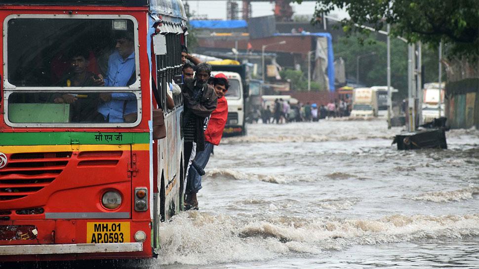 LIVE: मुंबई में आज भी भारी बारिश का अलर्ट, सरकार बोली, 'जरूरी हो तभी घर से निकलें'