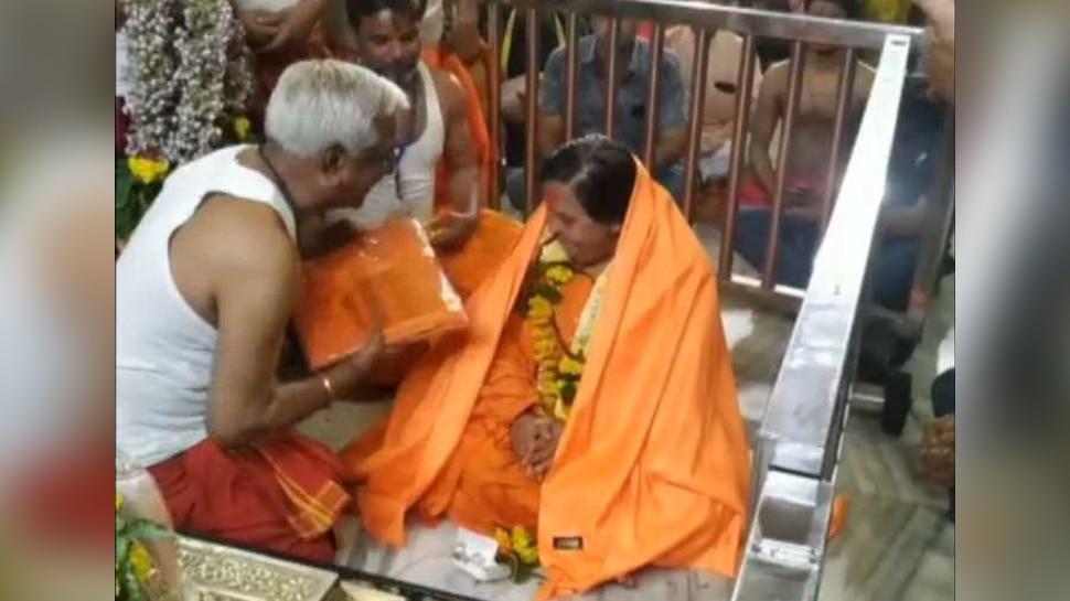 Video: फिर कुर्ता-धोती पहनकर महाकाल मंदिर पहुंचीं उमा भारती, नाराज पुजारियों ने गिफ्ट की साड़ी