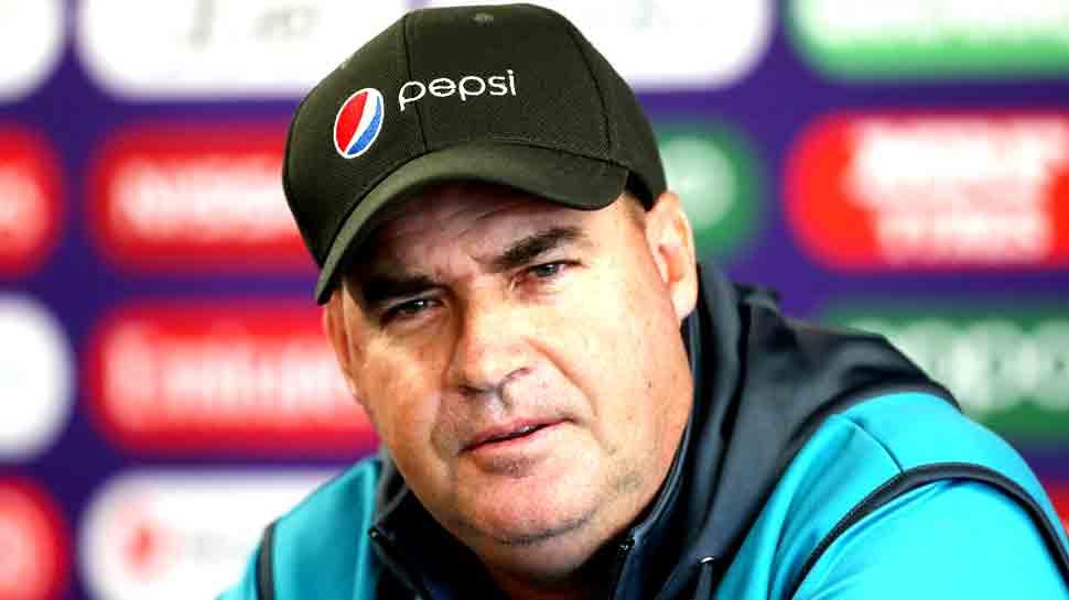 पाकिस्तानी क्रिकेट का संकट बढ़ा, कोच ने कप्तान सरफराज को हटाने की सिफारिश की