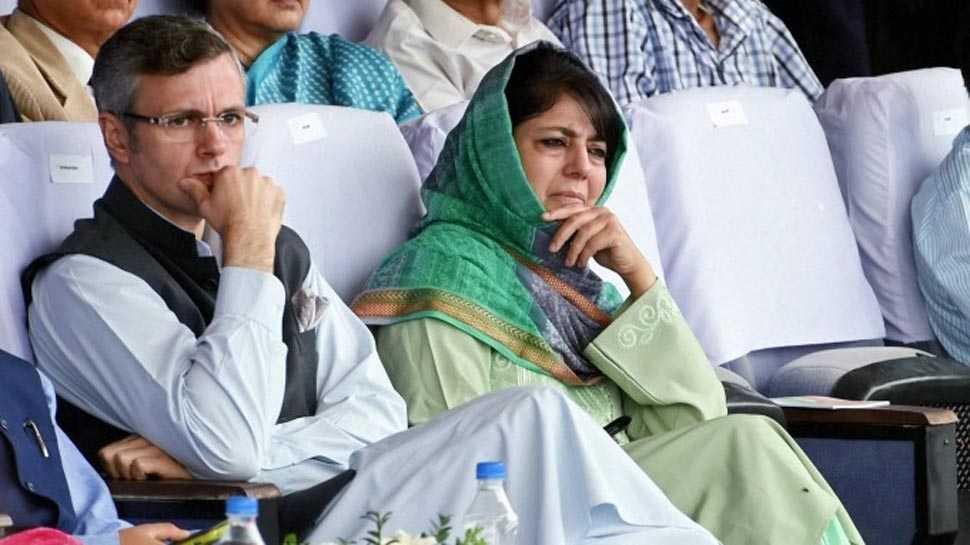 जम्मू कश्मीर: महबूबा और उमर अब्दुल्ला हिरासत में लिए गए, कल रात से थे नजरबंद