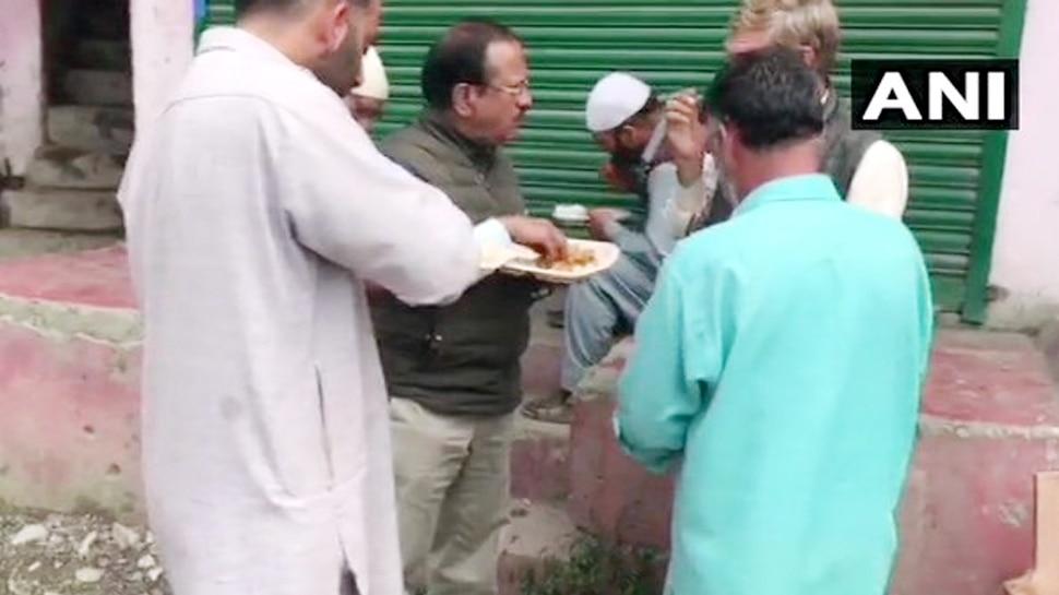 जम्मू कश्मीर पर झूठ फैलाने वालों को जवाब देती तस्वीर, NSA अजित डोभाल ने आम लोगों के साथ खाई बिरयानी