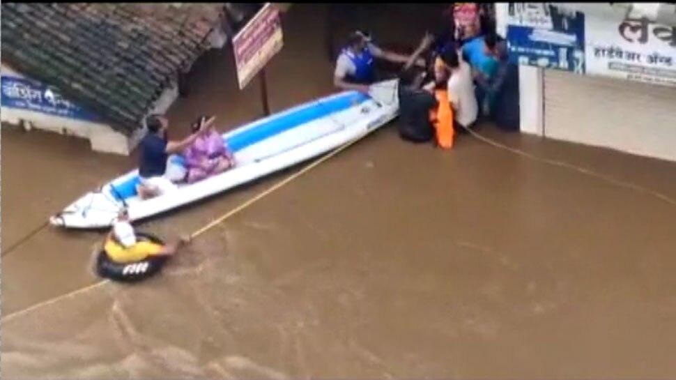 महाराष्ट्र: कई जिले बाढ़ से प्रभावित, VIDEO में देखें कितने बुरे हुए हालात, लोगों को किया जा रहा रेस्क्यू