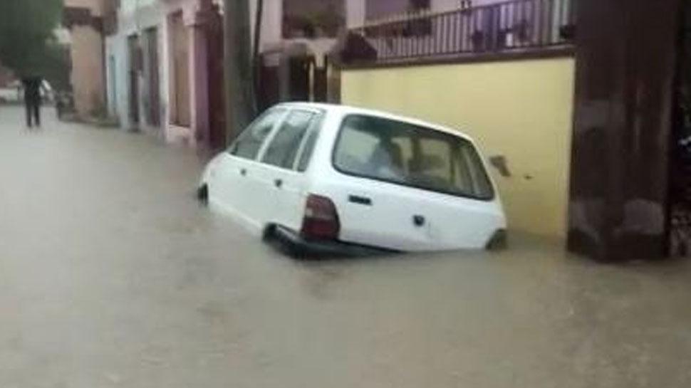 बारां में लगातार बारिश से हालात खराब, जान जोखिम में डाल कर काम पर जा रहे लोग