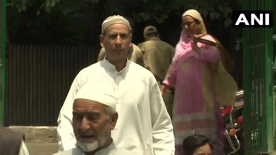 people arrives srinagar mosque for prayer
